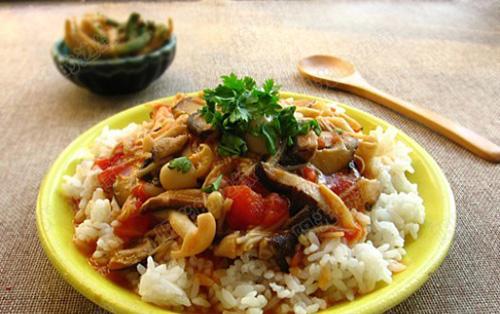 Ρύζι με σάλτσα κόκκινη και μανιτάρια